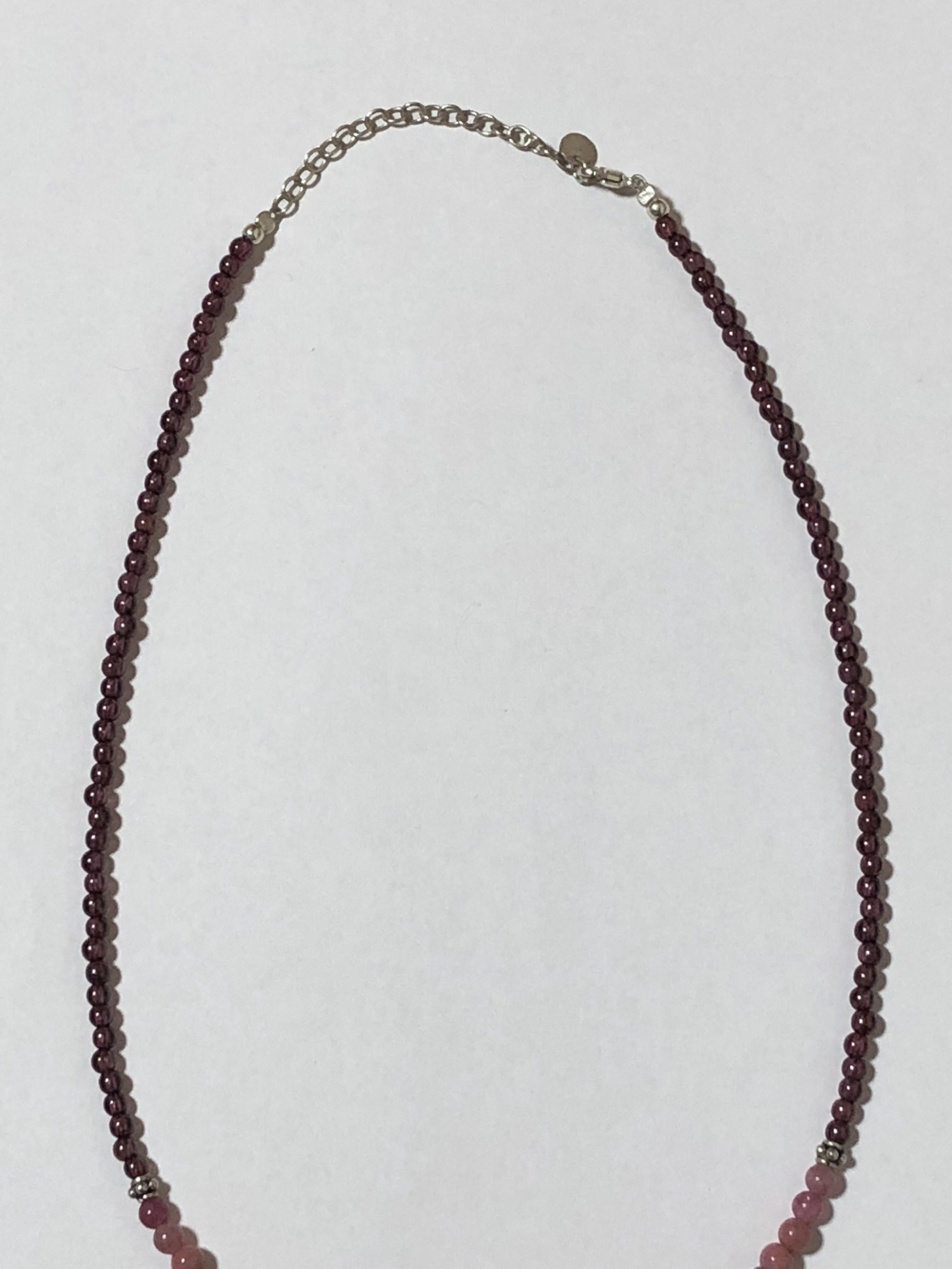ネックレスの写真。小さなメロメロ石が連なっている。