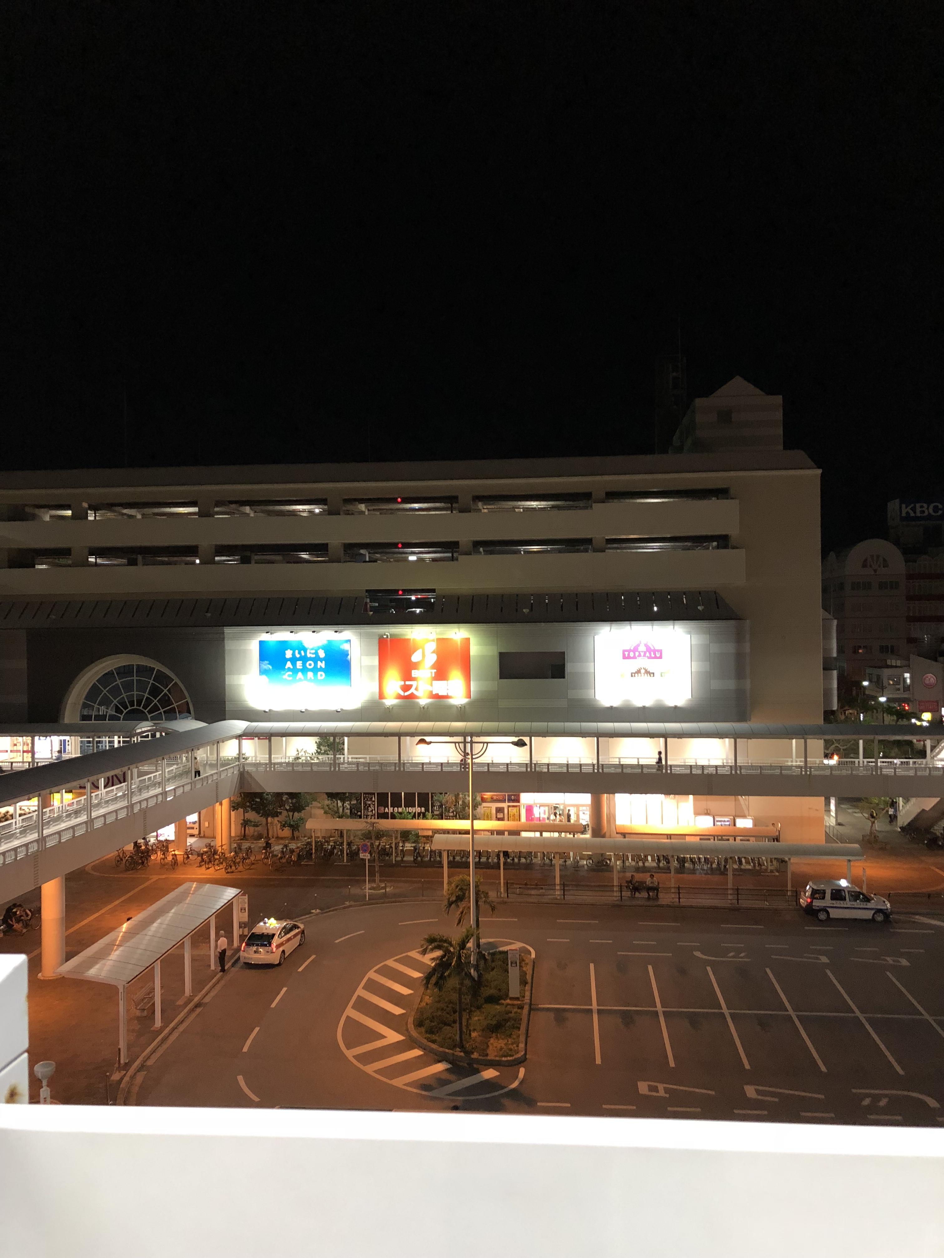 小禄駅のホームからの眺め。空はもう暗くなっている。